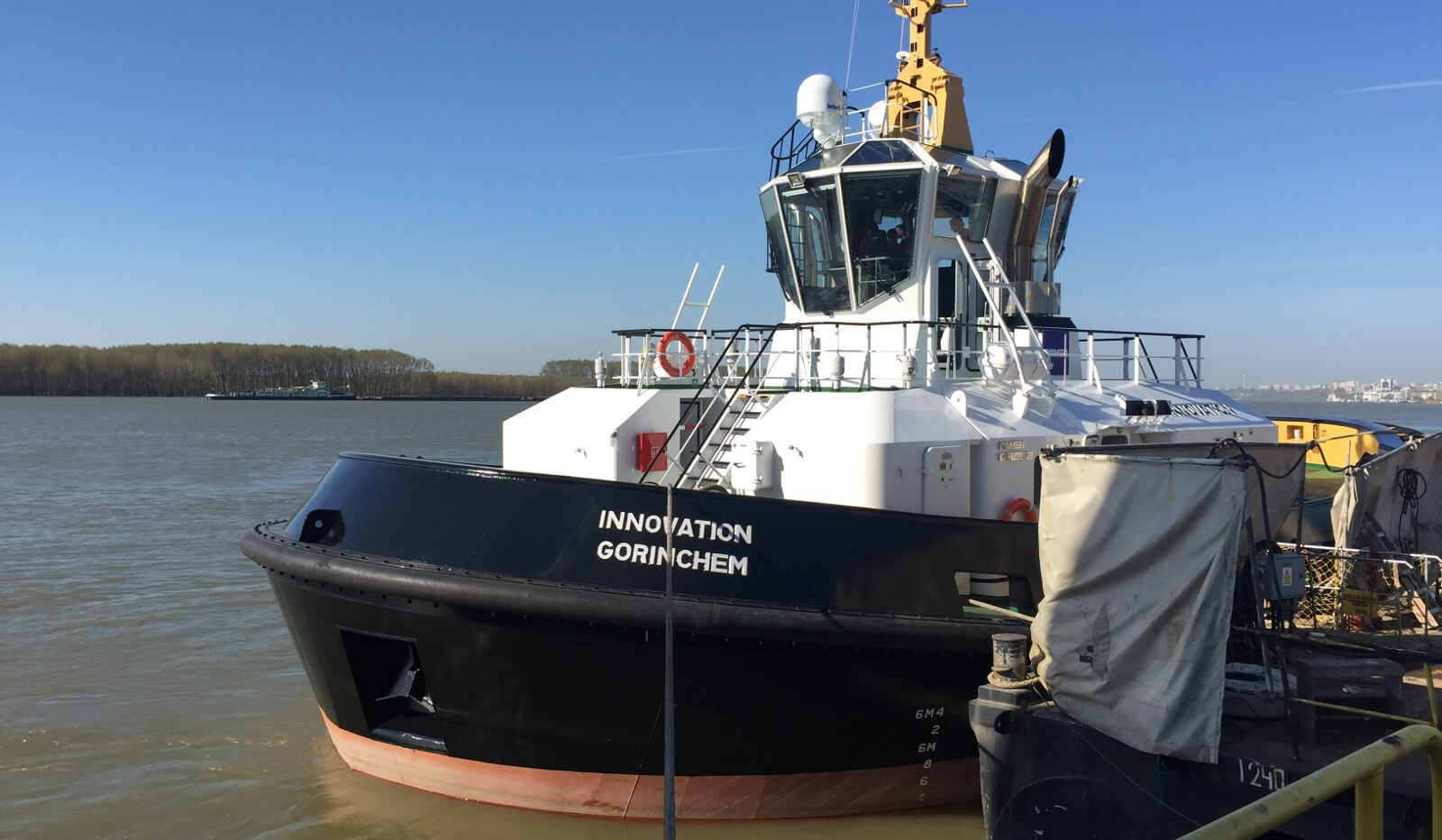 damen rsd tugboat 2513 (02) - wheelhouse fitted with damen safety glass